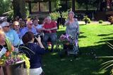 """画像1: ある女性の結婚式で行われた、92歳のおばあちゃんによるサプライズが人々の心を温めている。 フラワーガールの92歳おばあちゃん 7月1日、米ミネソタ州にあるマンケートゴルフクラブで、一組のカップルが結婚式を行った。 ダスティンさんとアビーさんが、マーション夫妻となる大切な日だ。 この日、花嫁よりも先に参列者から大きな歓声を受けた人物がいる。新婦アビーさんのおばあちゃん、ジョージアナさんだ。 花嫁が通るバージンロードに花を撒く「フラワーガール」は、一般的に小さい女の子が務めることが多い。 そんな役目を、アビーさんは大好きな""""女の子""""である祖母に任せることにしたのだ。 その時の様子がこちらだ。 シルバーカーとともに登場したフラワーガールに [...] irorio.jp"""