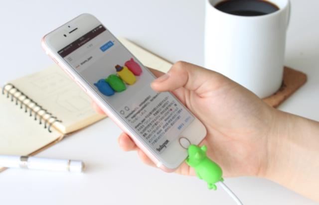画像: iPhoneにかじりつく姿にキュン♡ 断線予防にもぴったりなケーブルアクセサリーが可愛すぎる