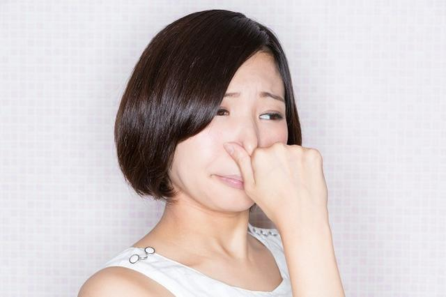 画像1: 香りの悩みを相談する「香害110番」開設に注目が集まっている。 「香害110番」を開設 日本消費者連盟は今月と来月の2日間、香りが原因で苦しんでいる人々の電話相談を受ける「香害110番」を開設する。 いわゆる「香害」被害の状況や悩みなどを聞き、香害から身を守る暮らし・社会を共に模索していくことが喫緊の課題だと捉え、相談を受けることにしたという。 「香り」が原因の相談が増 日本では近年、柔軟剤や芳香剤、消臭スプレーなど、人工の強い香りが原因のトラブルが増えている。 国民生活センターによると、2000年代後半から香りの強い海外製の柔軟仕上げ剤がブームになったのをきっかけに相談件数が増加。 「ニオイがきつすぎて、頭痛や吐き気がある」「気分 [...] irorio.jp