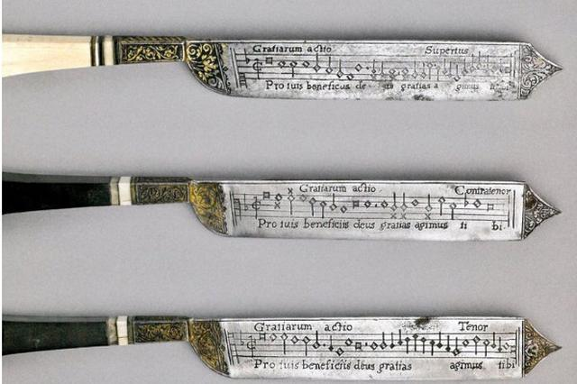 画像1: 16世紀のルネサンス様式のナイフに、刃の部分に楽譜が彫刻されているというものがあります。 Renaissance knives with music engraved on the blades. https://t.co/JtWKq60h8H pic.twitter.com/VvPZm4xAzU — Ted Gioia (@tedgioia) 2017年7月1日 これらのナイフはロンドンのヴィクトリア&アルバート博物館や、フィッツウイリアム博物館などに展示されています。 ヴィクトリア&アルバート博物館のキュレーターKirstin Kennedyさんによると、このナイフは食事会や祝宴で、食事の際に祈りを捧げるための歌の楽譜が [...] irorio.jp