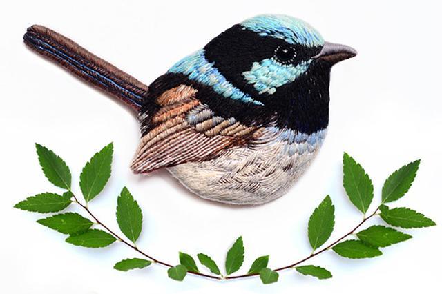 画像: 今にも動き出しそう♪精巧に刺繍された鳥たちのブローチがステキ♡