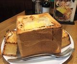 画像1: 東京都台東区、JR鶯谷駅から徒歩5分ほどにある老舗喫茶「DEN(デン)」。 デカ盛りの名物メニューである、「グラパン」と「クリームソーダ」の衝撃的な誕生秘話を店主に聞いてきました。 当初はごく一般的な喫茶店だった 昭和46年にうぐいす通りの商店街の中に誕生した「DEN(デン)」。 現在は2代目の店主が経営する、創業から46年目を迎えた老舗喫茶です。 創業当時はごく一般的なコーヒーなどの飲み物メニューをメインとした喫茶店でしたが、今やインパクトのあるフードメニューがメインともいえる飲食店へと変化しています。 今では10代から80代過ぎまでのお客さんが訪れる、幅広い年代に愛される喫茶店。休日のお昼時には行列ができるほど人気のお店です。 [...] irorio.jp