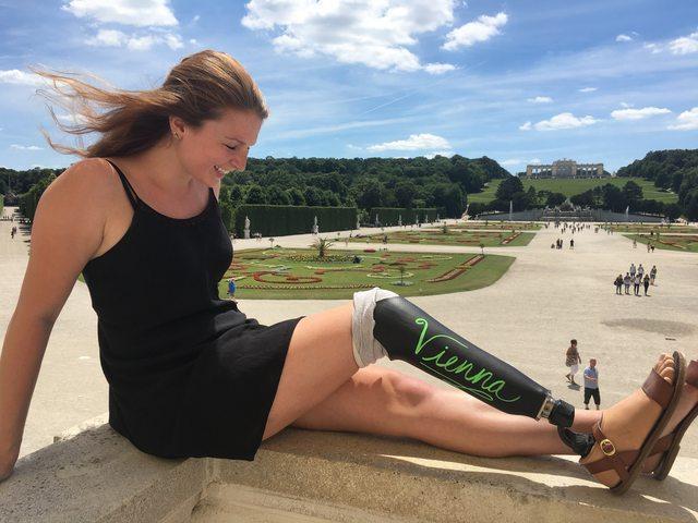 画像1: 先天性の骨の疾患により、4歳の時、右脚の切断を余儀なくされた女性がいる。 しかし、たとえ片方の足を失っても、自由な精神とユーモアを失うことはなかった。 大学を卒業したばかりの、米フィラデルフィアに住む女性は6月、卒業旅行でヨーロッパを訪れた。 その際、旅のお供である義足に工夫を凝らし撮影した写真を、「devgal」の名で海外版掲示板Redditにて公開している。 ■オーストリア・ウィーンにて ご覧のとおり、写真がどこで撮られたものであるかは一目瞭然。 彼女は義足を黒板風に加工し、訪ねた場所を記してカメラに収めている。 投稿にはこう綴っていた。 黒板風の足とともに旅に出ました。 旅はこれから。 ■デンマーク・コペンハーゲン ■チェコ・ [...] irorio.jp