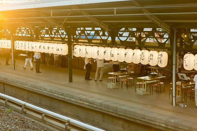 """画像1: 駅のホームで餃子を焼いて食べるというスペシャルな企画について、取材した。 「駅のホームで餃子が焼ける」と話題に ネット上に先日、「両国駅のホームで""""餃子""""が焼ける」というツイートが投稿された。提灯やイス・テーブルなどがホーム上に並ぶ画像が添えられており、まるでビアガーデンのよう。 同ツイートは投稿から1日足らずで1万回以上リツイートされ、「どうゆうこと?」「珍しい」「ぎょうざテロ」「楽しそう」「餃子をアテに酒を飲みながら電車を眺めるって、最高のイベント」「行きたい」「電車でGO!餃子へGO!」など多くの反響がよせられている。 味の素冷凍の「ギョーザ発売45周年」企画 同イベントは味の素冷凍食品の「ギョーザ」発売45周年記念特別企画「 [...] irorio.jp"""