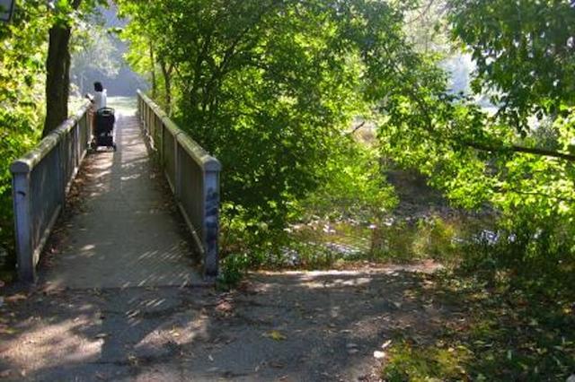 画像1: カナダ・トロント市が新設工事費6万5,000ドル(約722万円)と見積もっていた公園の階段を、1人の市民男性が550ドル(約6万円)で作ってしまうという出来事があった。 坂で転ぶ人を見て トロント市エトビコ地区にあるTom Riley公園は、「エトビコのセントラルパーク」と呼ばれ、市民に愛されている約14ヘクタールの公園だ。小川や散歩道、テニスコート、野球場、市民農園などがある。 「近所の知り合いが、市民農園に向かう急な坂で転ぶのを見たんだよ」と、階段を作った男性Adi Astlさん(73才)は言う。 また、彼の奥さんは地元メディアの取材を受けて、「これまでにも大勢の人がそこで転んでいるんです。その場所には石が転がっていて、公園が出 [...] irorio.jp