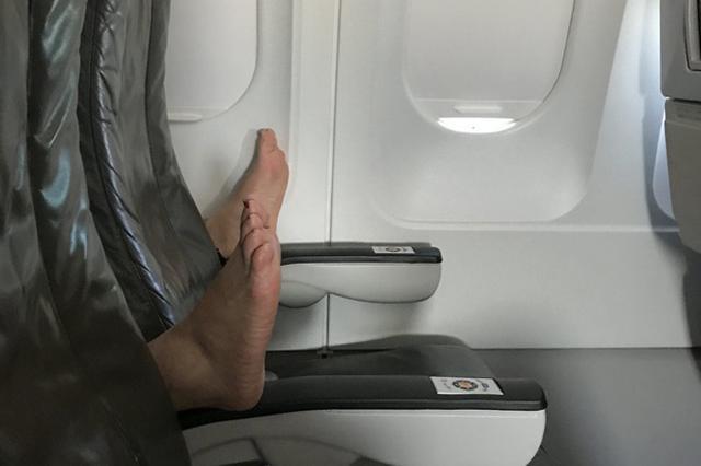 画像1: 飛行機に乗った際、隣りの席が空席なら誰もがラッキーだと思うだろう。 米サンフランシスコに住むジェシー・チャーさんも例外ではない。 ロングビーチからサンフランシスコに戻る機内で、隣りの席が2つ空いており彼女は嬉しく思っていた。 しかし現実は思い通りにはいかなかった。「この後起きた事態に目を見張るわよ」とジェシーさん。 足を伸ばしてくつろげる...そんな彼女の夢は早々についえたのだ。 次の瞬間目にした光景がこちら。 なんと後ろの席から素足が伸びてきて、あげておいたはずの肘掛けがおろされ(足で)、この様な状態に。 ジェシーさんは当初、肘掛けのネジが緩み、自然におりたのかと思ったがそうではなかった。 しかもこれだけでは済まなかったのだ。 仕方な [...] irorio.jp