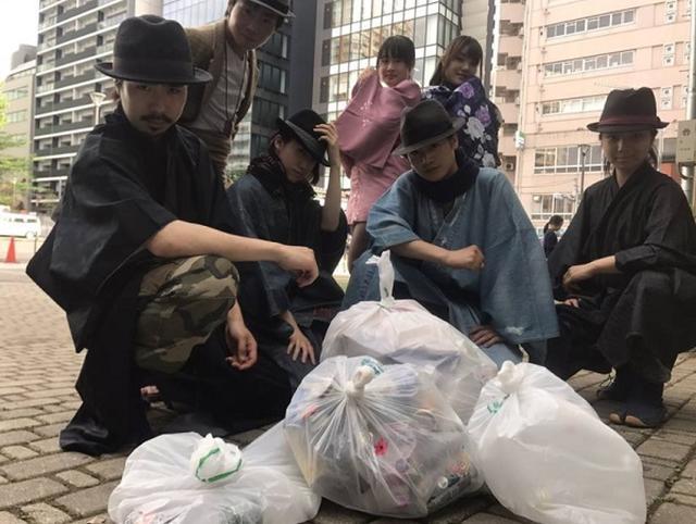 画像: ゴミ拾いをしながらパフォーマンスする「ゴミ拾い侍」が衣装も信念もカッコイイ