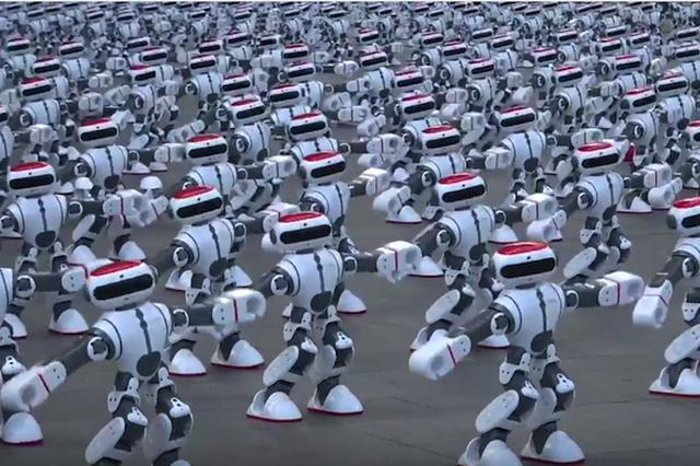 画像: 1069体のロボットが一糸乱れぬダンスパフォーマンスでギネス世界記録に