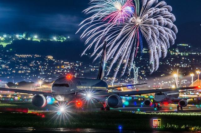 画像: 【撮影者に取材】飛行機と花火を同時に収めた写真がスゴい!コツを聞いてみた