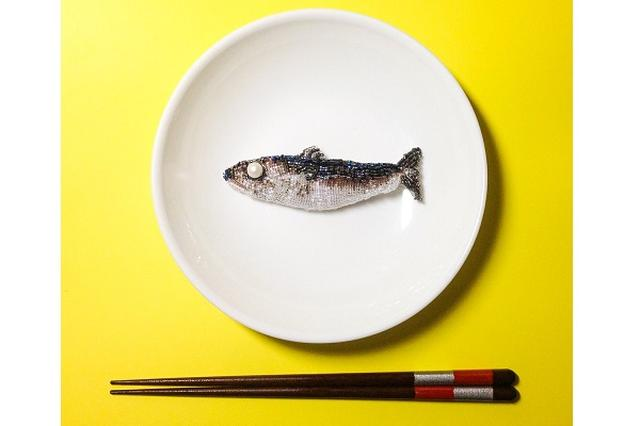画像: 【作家に聞く】リアルな「死んだ魚」のビーズ刺繍に10万いいね!