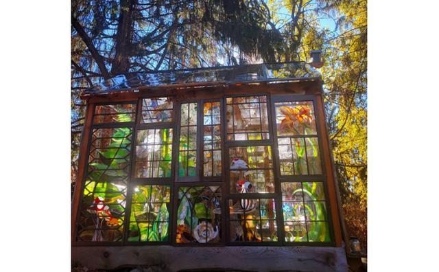 画像: まるで妖精の住む世界!ガラスアーティストが作るステンドグラスの隠れ家がステキ