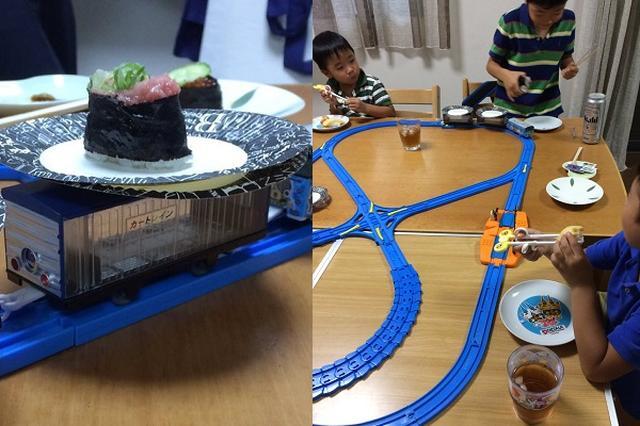 画像: 台風で行き損ねた回転寿司を「プラレール」で再現し子供たちを喜ばせたパパ