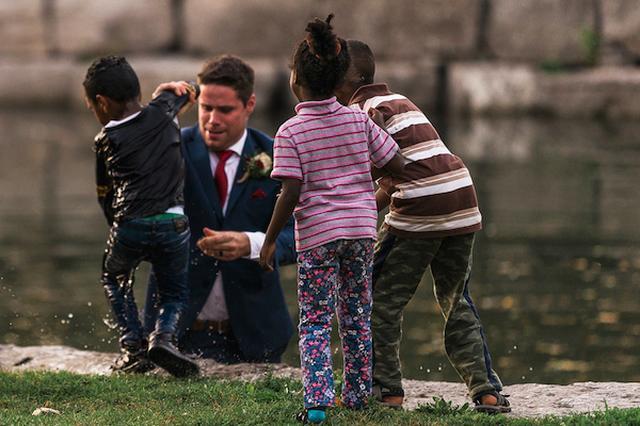 画像: 結婚写真を撮影中、新郎が川に飛び込んで溺れていた男児を救う