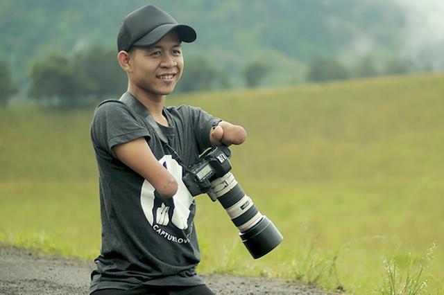 画像: 四肢がなくても写真は撮れる。インドネシアで活躍する24歳カメラマン