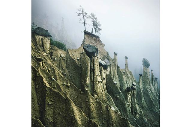 画像: まるでファンタジーの世界!霧がかった風景に広がる「南チロルの土柱」が神秘的