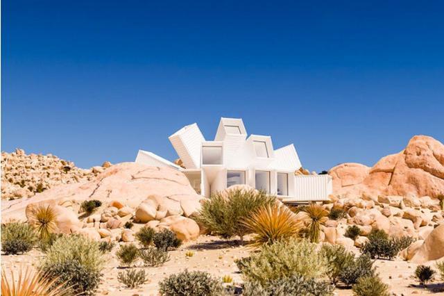 画像: 岩山の中に作られた不思議な白い建物は貨物コンテナを使った住宅
