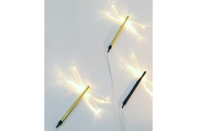 画像: まるで森の中にいるみたい!?羽根が光るトンボのウォールライトがユニーク