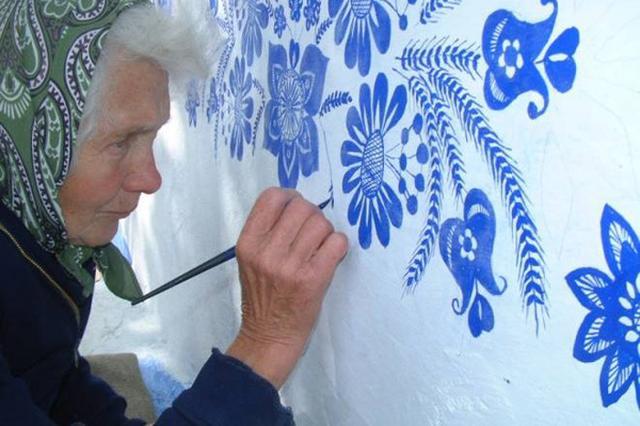 画像: 村の建物を伝統的なモチーフで彩る90歳のおばあちゃんがSNSで話題!