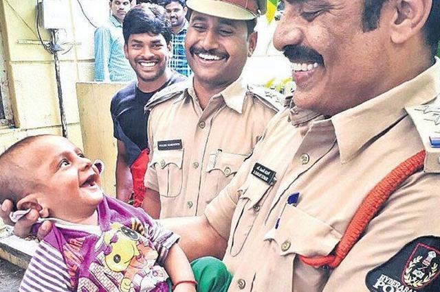 画像: インドで誘拐から15時間後に救出された赤ちゃんの笑顔がステキ