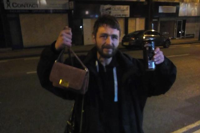 画像: 女性が現金入りバッグを紛失→拾った男性ホームレスが2日間歩き回って無事届ける