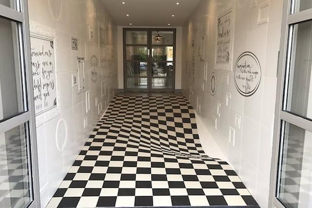 画像: 廊下を走らないようにする「床タイル」のアイデア