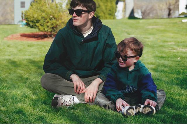 画像: タイムスリップ気分?子どもの頃の自分と大人になった自分が一緒にいる画像を作ってみたら...