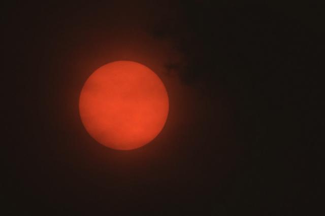 画像: 世界の終末か。ハリケーンの影響でイギリスに「赤い太陽」が出現
