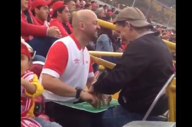 画像: サッカー観戦で盲目の友人に試合を実況する男性が感動を呼ぶ