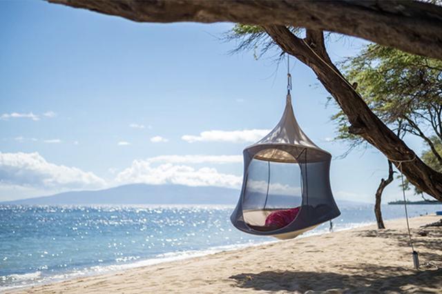 画像: アウトドアでゆったりくつろげる♩木に吊るすハンモックみたいなテント「ハンギングポッド」