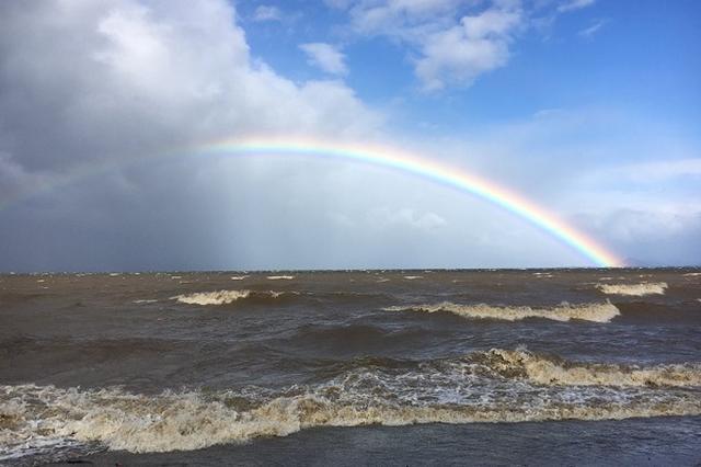 画像: 「琵琶湖が本気を出した」台風21号で荒れた湖に虹が架かる動画が話題