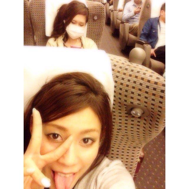 画像: 新幹線の中であずをパパラッチ♡ 明日もがんばろぉねん♡  #楽しい #おつかれ #おやすみ instagram.com