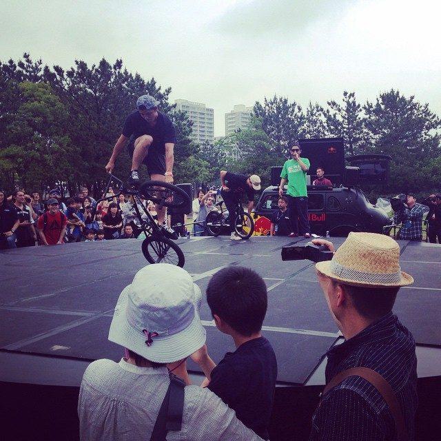 画像: ブースの前でやってたBMX♡ ワールドチャンピオンの選手みたいで〜めーーっちゃすごかった♡♡ #BMX #redbull #makuhari instagram.com