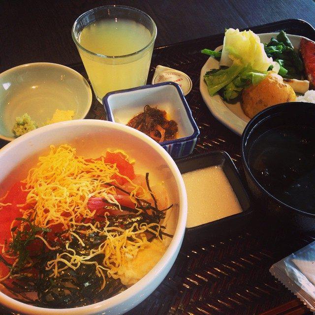 画像: バイキングで海鮮丼作れるとか、素敵すぎた♡♡♡ #breakfast #ラビスタ#海鮮丼 #いく #おいしい朝ごはん #幸せ #happy #HAKODATE #金森倉庫 #晴れ instagram.com