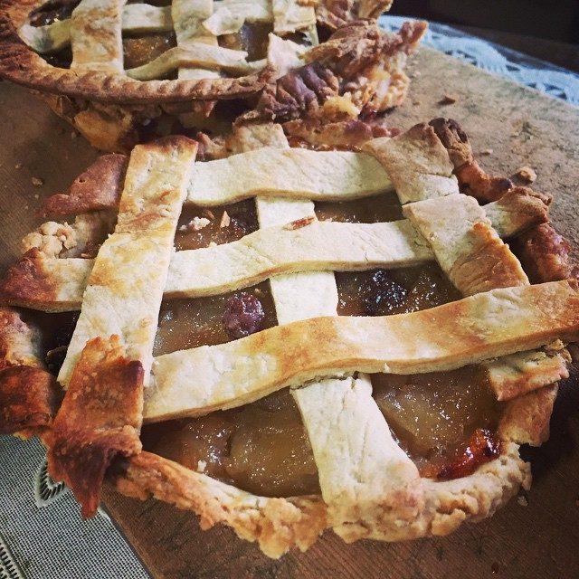 画像: made apple pies for my grandparents only apple and raisin simple is the best♡  お爺様とお婆様が食べられるようにめっちゃシンプルに作ったょ!! このボサボサ感好き(笑)  ... instagram.com