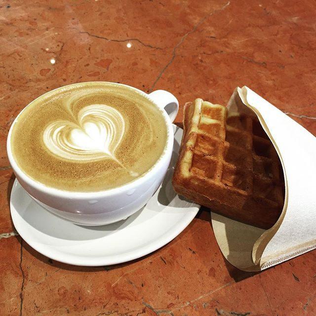 画像: caffè e llatte & waffle  #coffeetime #bluebottlecafe #cafelatte #waffle #greatest instagram.com