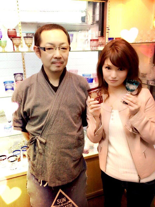 画像: 根本硝子工芸二代目伝統工芸士の達也さんと江戸切子大好きな彩香一緒に♡