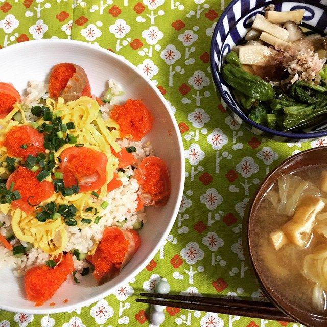 画像: パパッと作ったわりにはそれなりの晩ごはんが出来た( ´ ▽ ` )ノ お腹いっぱーいε-(´∀`; ) #ちらし寿司 #エリンギと菜の花の煮浸し #キャベツのおみそ汁 #錦糸卵って意外とカンタンにできるのね #ナナ食堂 #フードスタイリング #写真 ... instagram.com