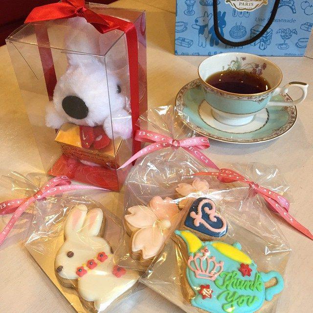 画像: 最近は早起き三昧 おせんたくでもしよかな 写真はなんとうさぎのラテにゃんからのホワイトデー チョコのプレゼントを抱えたリサとアイシングクッキーが届きました❤︎ ティーポットのクッキーがキュートすぎる(*☻-☻*) かわいい顔してラテにゃん、紳士だな ... instagram.com