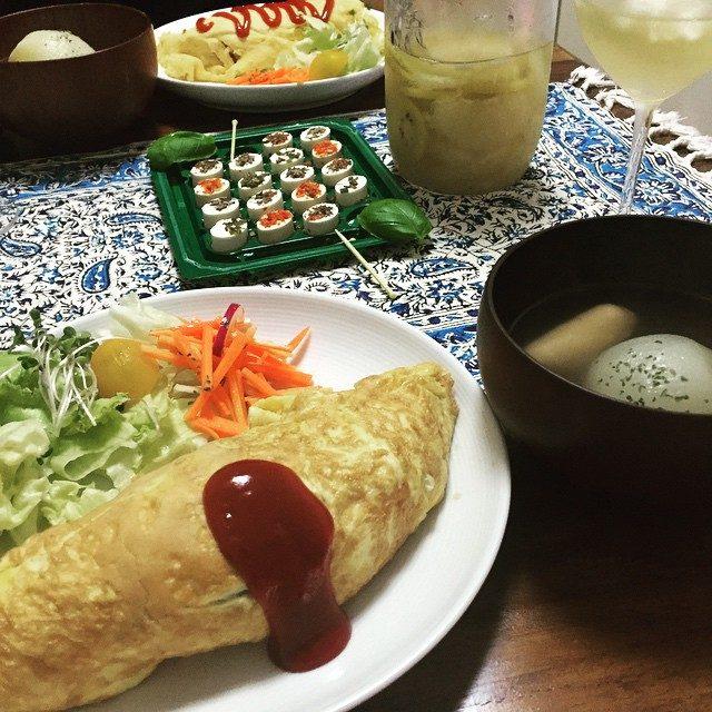 画像: とある日の晩ごはん 自家製サングリアに初挑戦 夏らしい味 またフルーツ変えて作ってみよう☆ #サングリアブランカ #サングリア #グレープフルーツ #キウイ #オレンジミント #はちみつ #レモン #オムライス #まるごと玉ねぎのスープ #キャロッ ... instagram.com