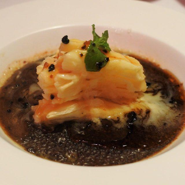 画像: 時代はハイパーかき氷! 高級中国料理の「燕の巣と羽衣かき氷をまとった烏龍茶のブリュレ 塩カラメルソース」