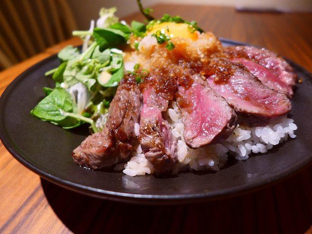 画像: レアステーキ丼のメガ盛りは食べ応え満点です! 心斎橋 「リゾートキッチン ロイヤルハワイアン」
