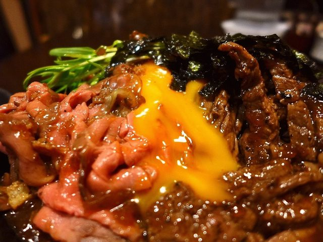 画像: 大行列に並ぶ価値がありすぎる超お値打ちのステーキ&ローストビーフの相盛丼! 堺市 「ひだまり庵」