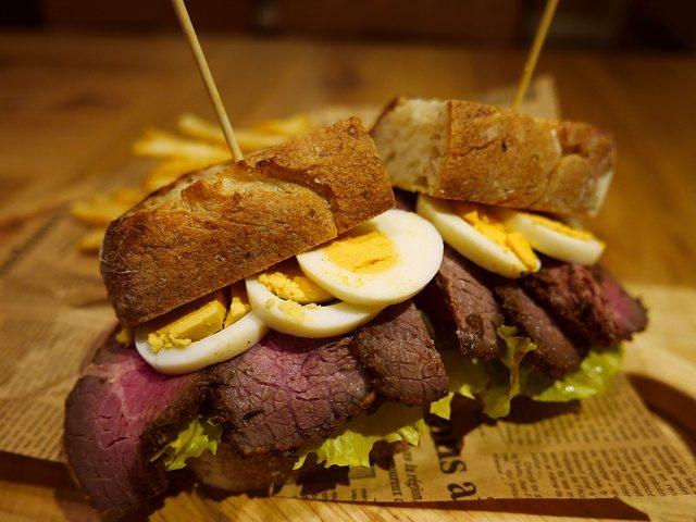 画像: 旨味が凝縮したパストラミがたっぷりの贅沢サンドイッチ! 南船場 「ブラザーズカフェテリア 南船場店」
