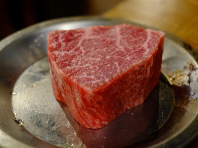 画像: 「新橋 肉バル ゴリズキッチンの量り売り和牛、塩鯖の自家製スモーク」