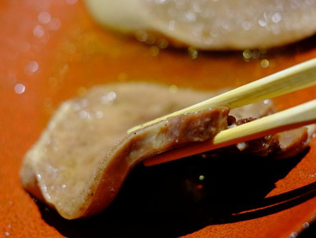 画像: 「目白 舌心の特上牛タンのステーキ串、ゆでタン本わさび添え」