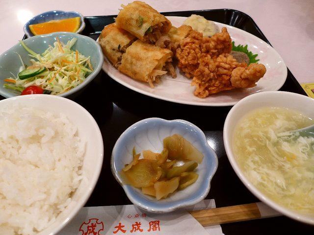画像1: 本日のランチは心斎橋にある中華料理屋さん「大成閣」に行きました。大好きな春巻きが食べたくなって行ってきました(^^「春巻定食」(800円)春巻き、鶏の唐揚げ、サラダ、スープ、ザーサイ、ご飯、フルーツ、ドリンクが付いて80... emunoranchi.com