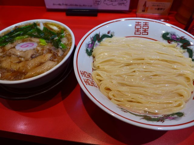 画像1: 本日のランチは西区新町にあるラーメン屋さん「カドヤ食堂」に行きました。もはや説明不要の大阪を代表する大人気店です。今日はここに行く前から、「つけそば」にするか「カレー中華」にするか迷いに迷っていたのですが・・・「つけそば... emunoranchi.com
