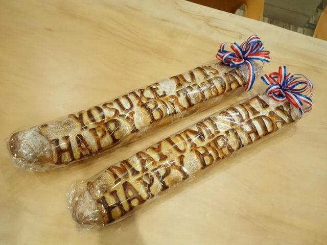 画像: 「SUGA LABO」須賀洋介さんとお誕生日が近いので。ビゴ東京のフランスパンにロゴ〜