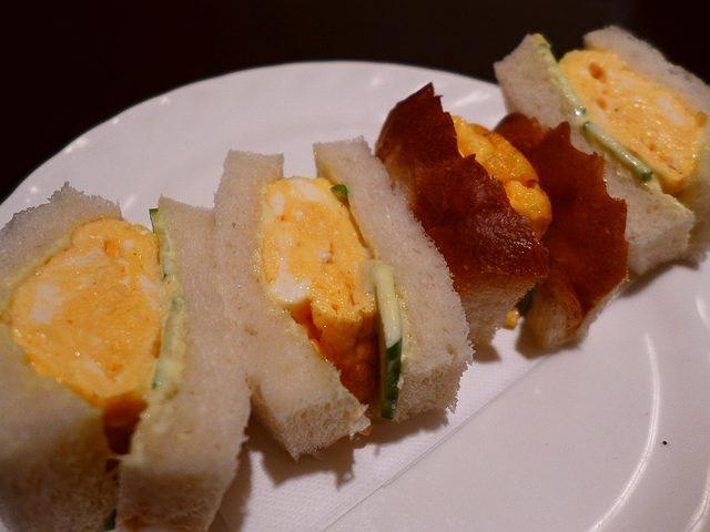 画像1: 本日のランチは神戸の新開地にある喫茶店「松岡珈琲店」に行きました。今日はこちら方面で仕事があったので、ずっと食べてみたかった、知る人ぞ知る、こちらのお店の『名物』の「タマゴサンド」を食べに行ってきました!ほとんど地元民し... emunoranchi.com