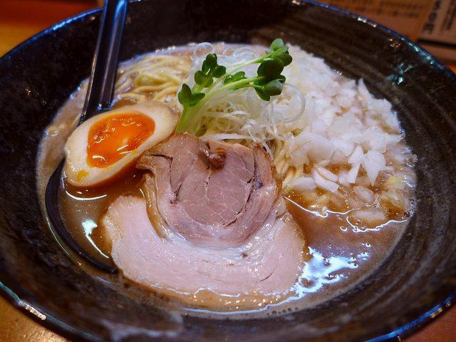 画像1: 本日のランチは西中島にあるラーメン屋さん「みつ星製麺所 西中島店」に行きました。福島区に本店があり、阿波座にも姉妹店がある豚骨ラーメンの大人気店です!かなり以前に福島区の本店に何度か行きましたが、こちらのお店は初めてです... emunoranchi.com